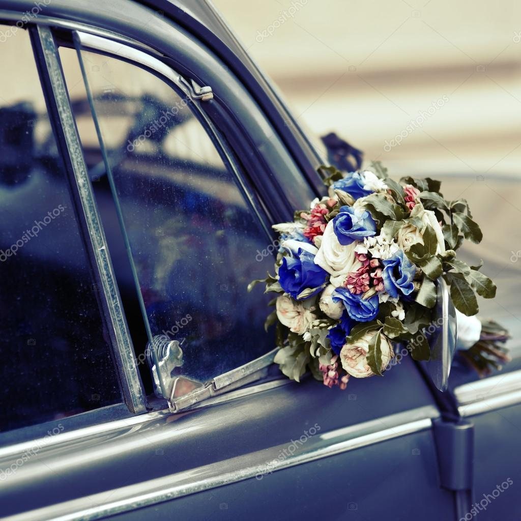 Hochzeitsstrauss Auf Alten Altmodische Auto Stockfoto