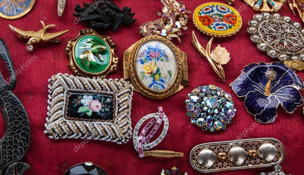 Κοσμήματα φόντο. vintage καρφίτσες σε υπαίθρια αγορά στο Παρίσι– εικόνα  αρχείου 4f8894cfae8