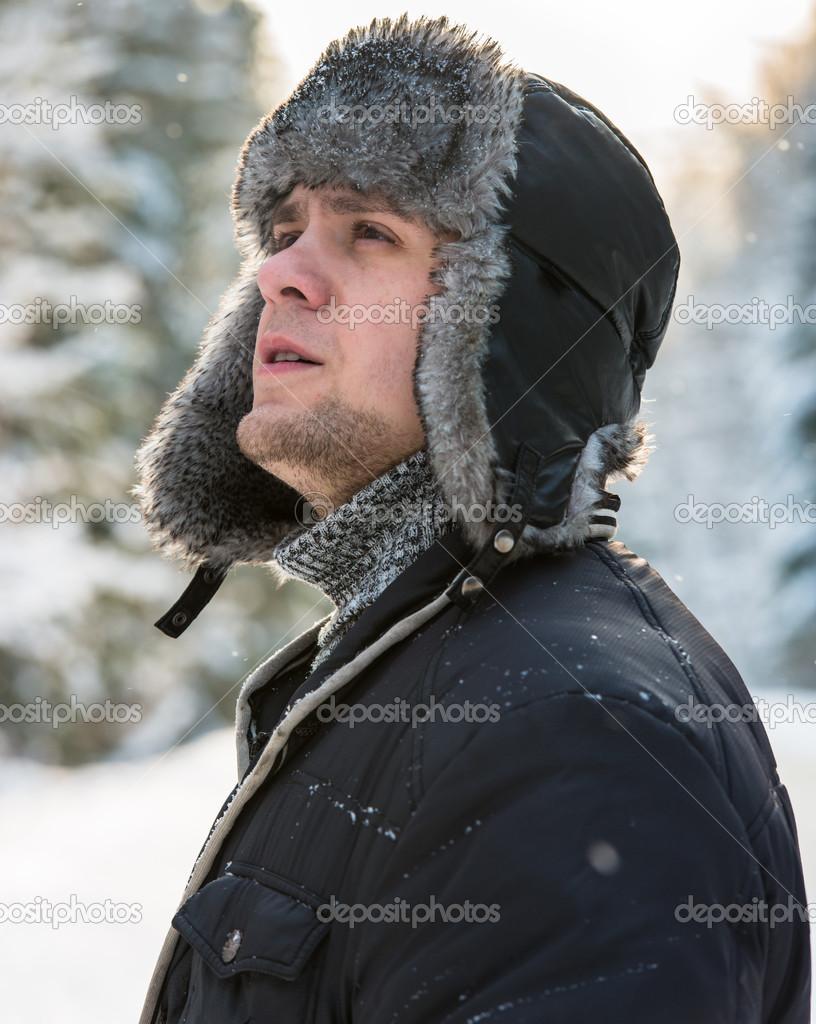 uomo con un cappello di pelliccia invernale — Foto Stock © db-rus ... b0fce4a48835