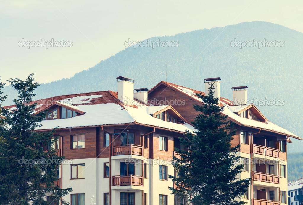Een Winters Balkon : Groot huis met een balkon in de winter u stockfoto db rus