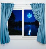 ablak kilátás nyílik a telihold