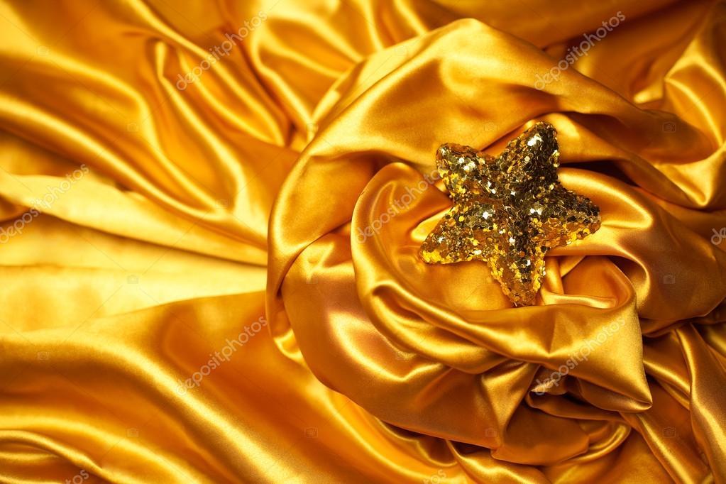 bf3d135b3592 Tema de glamour oro con brillante estrella de Navidad sobre fondo de atlas  oro ondulado (satinado). Espacio de la copia. Estudio de disparo — Foto de  ...