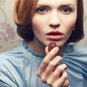 Vintage-Porträt eines glamourösen rothaarigen (Ingwer-) Mädchens in Blau