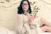 Fotografie Porträt einer modischen Modell in trendigen Gläsern trinken Tee o