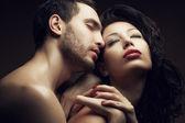 Emotionales Porträt zweier Liebhaber - schöner Mann und hinreißende Frau