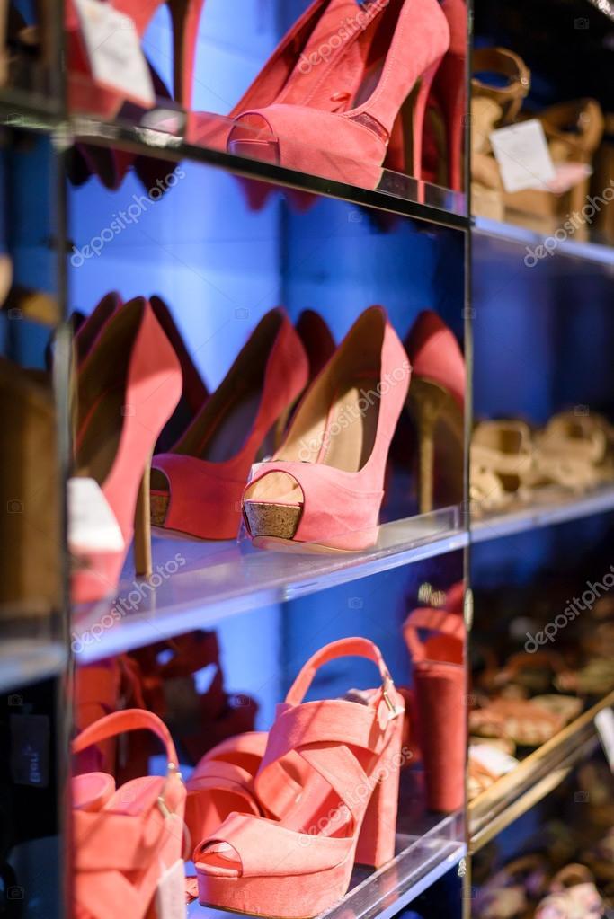 f825afca5 Sapatos de moda feminina em exposição de boutique. coleção de calçados em  loja — Foto de ...