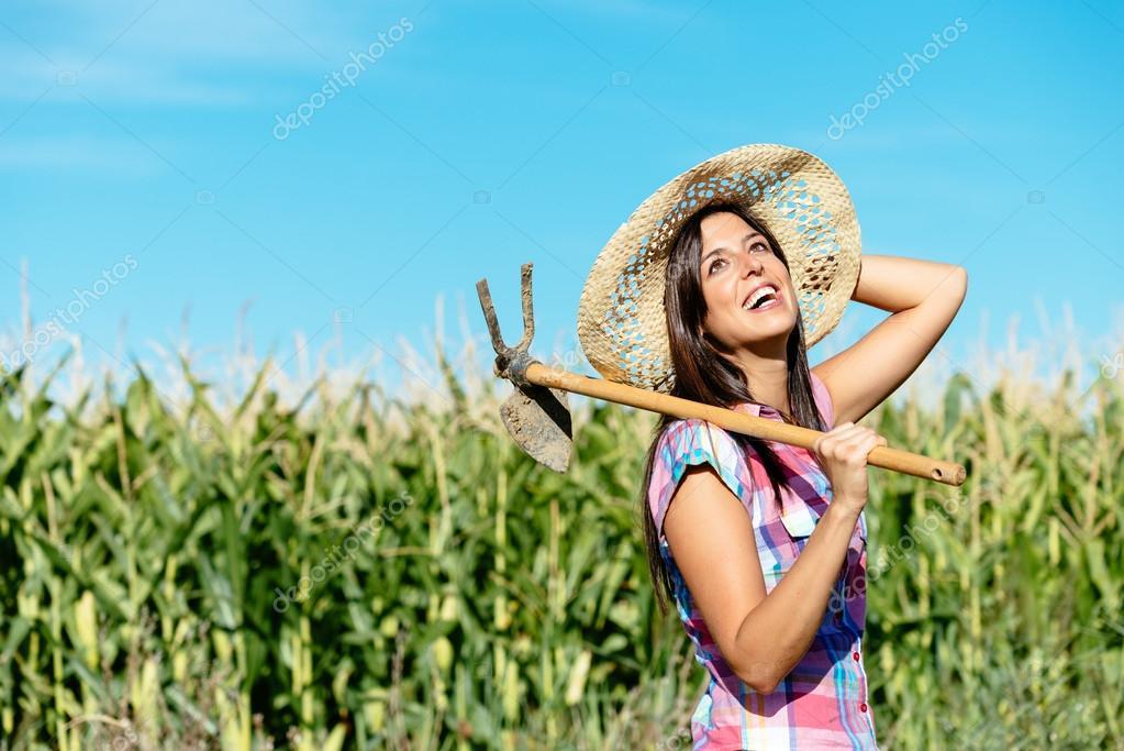 женщины развлекаются на кукурузном поле