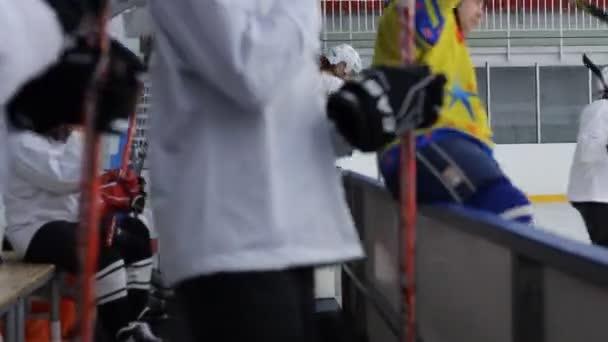 hokejisté skok přes bankovní rada při změně hráči
