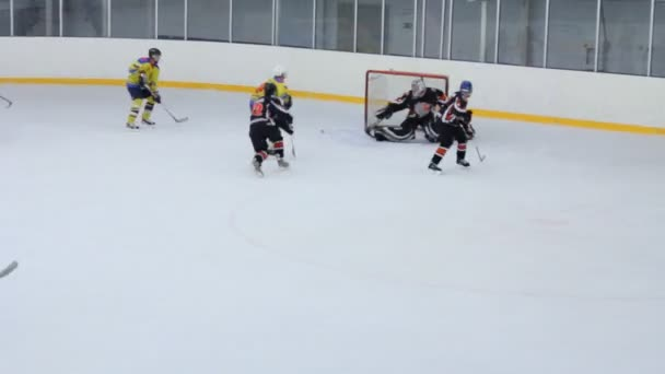 hokejisté v žluté podobě útoku brány