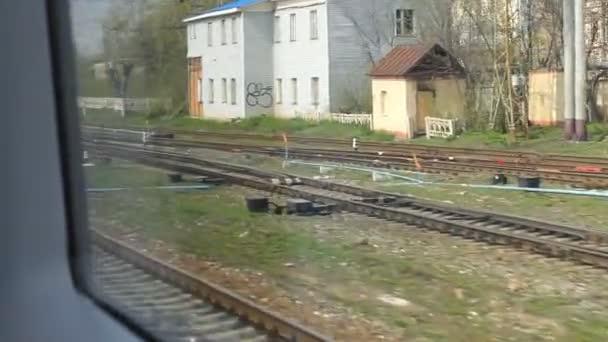 pohled z okna vysokorychlostního vlaku na nádraží