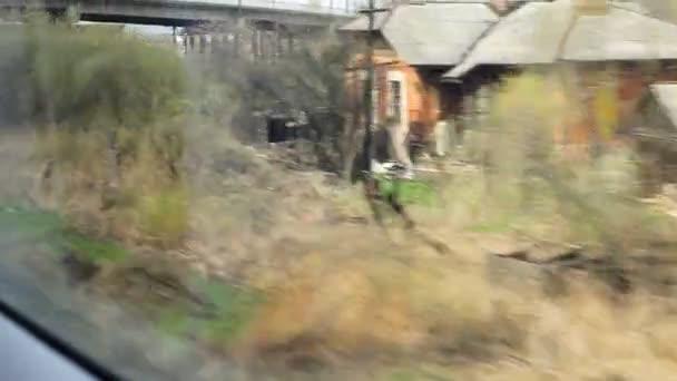 pohled z okna vysokorychlostního vlaku na opatrná