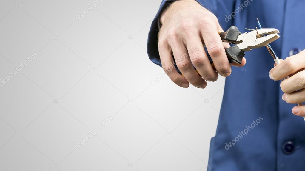 Arbeiter reparieren ein elektrisches Kabel — Stockfoto © Gajus ...