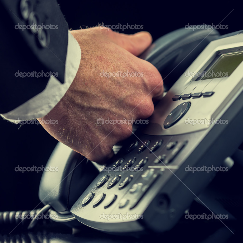 Бизнесмен сделать звонок на стационарный телефон — стоковое фото.