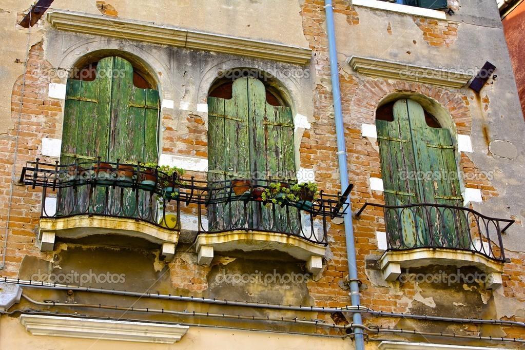balcones y puertas de madera antiguas edificio veneciano u fotos de stock