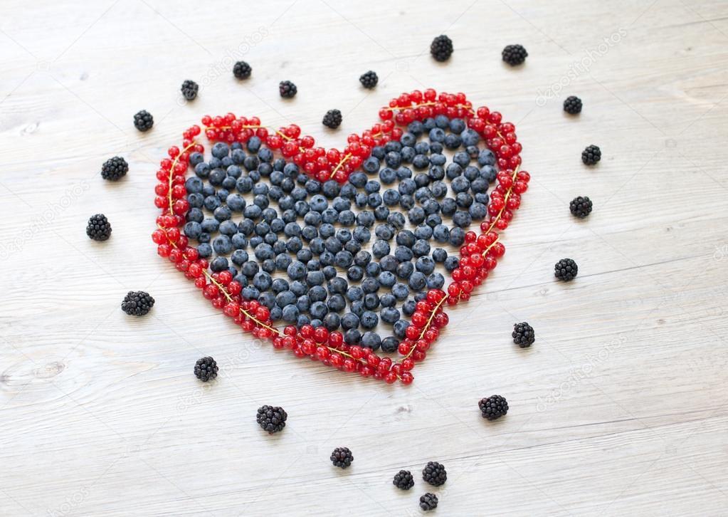 coeur fait avec des baies de groseilles et les bleuets photographie romrodinka 19228387. Black Bedroom Furniture Sets. Home Design Ideas