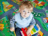 Kleinkind Jungen spielen mit hölzernen Musik-Spielzeug