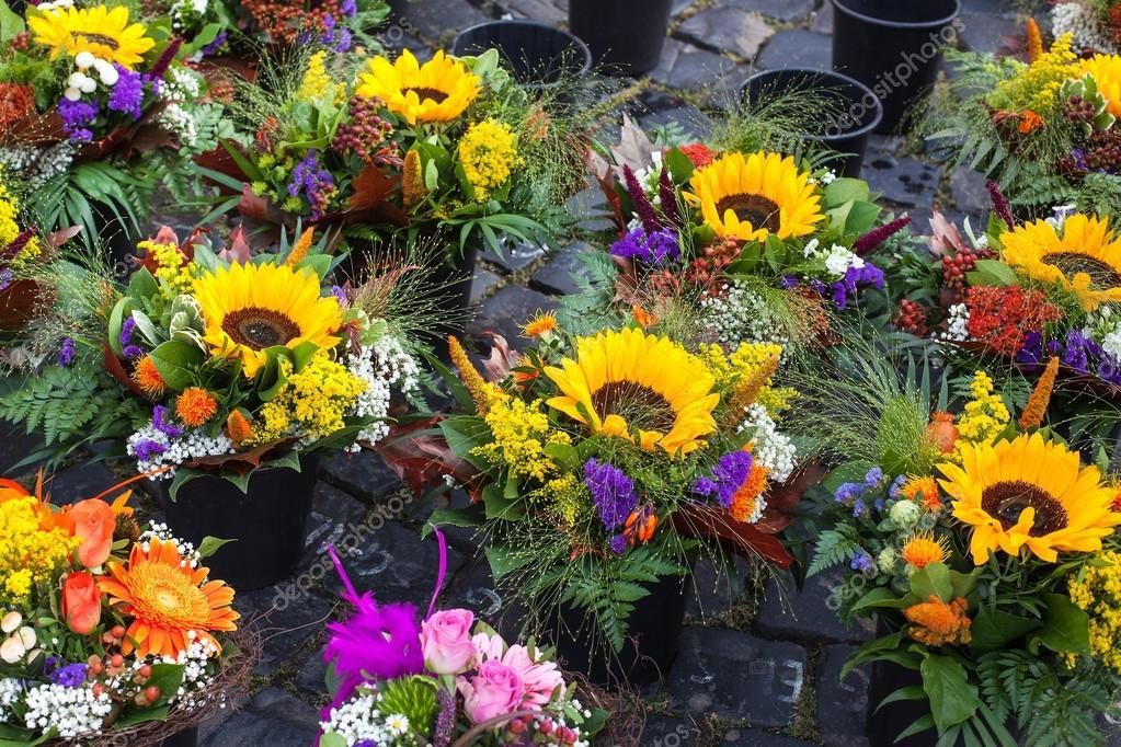 Autumn flower bouquets on farmer market — Stock Photo © romrodinka ...