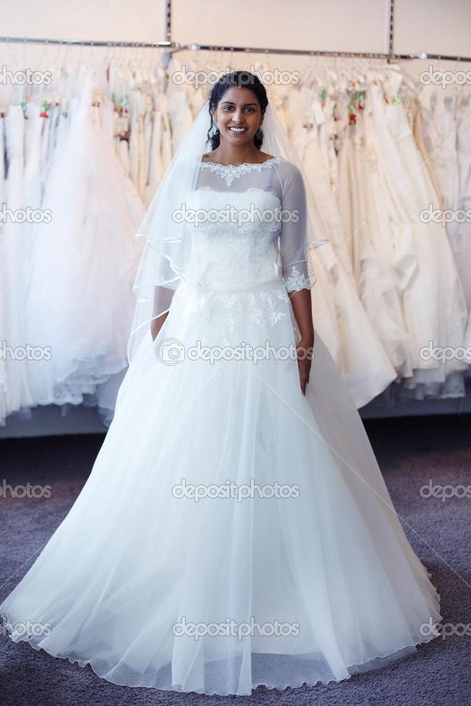 Mladá indická žena ve svatebních šatech s svatební šaty na displeji v  butiku — Fotografie od ... e66314bfea7