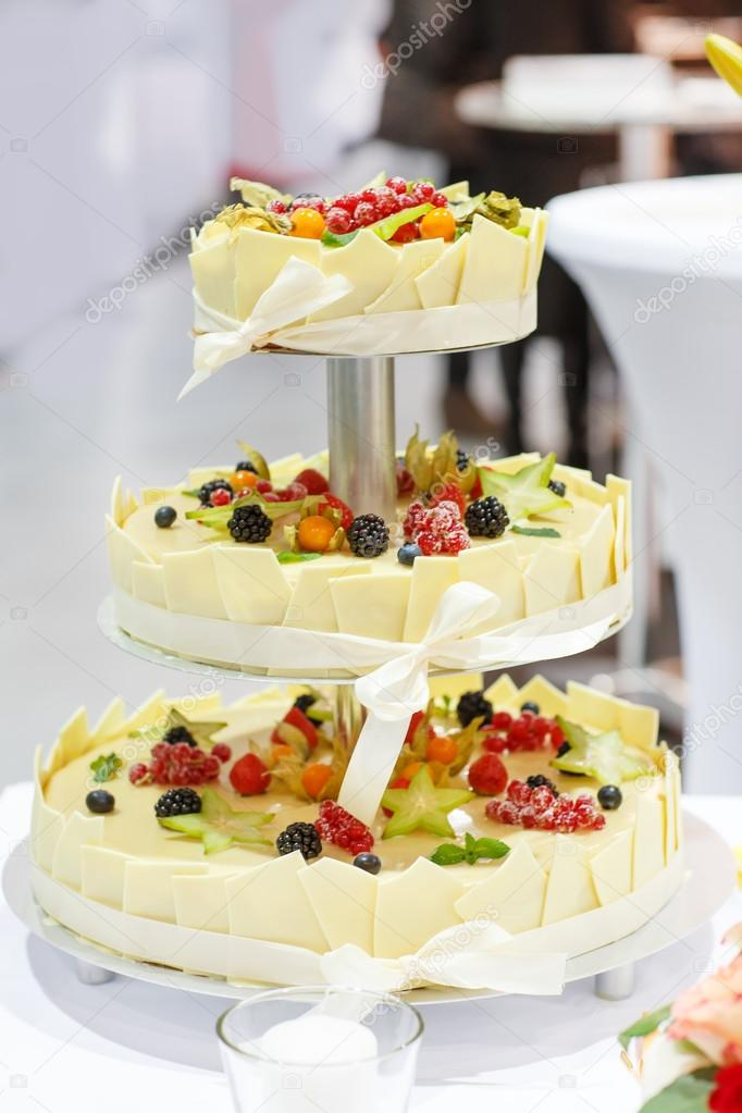 Hochzeitstorte Dekoriert Frisches Obst Und Beeren Stockfoto