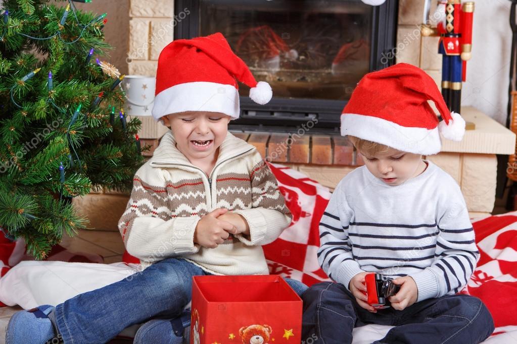 zwei kleine Geschwister Jungs kämpfen über Weihnachtsgeschenk ...
