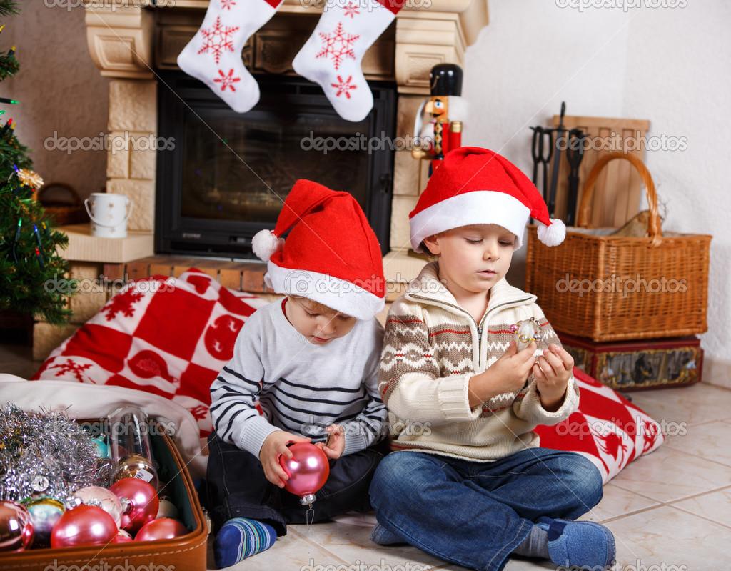 zwei kleine Geschwister Jungs glücklich über Weihnachtsgeschenk ...