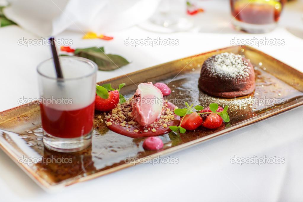 dreifach dessert mit schokolade und erdbeere auf hochzeit tisch se stockfoto romrodinka. Black Bedroom Furniture Sets. Home Design Ideas