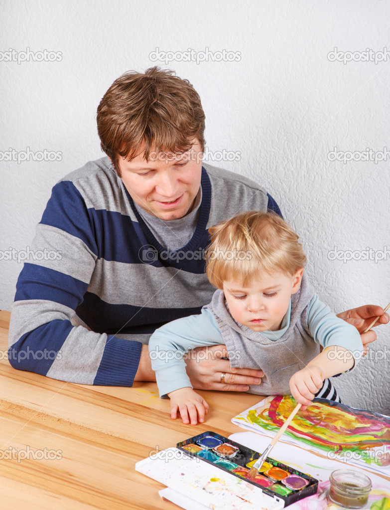 Baba Ve Iki Yıl Eğlenceli Olan Küçük çocuk Boyama Stok Foto