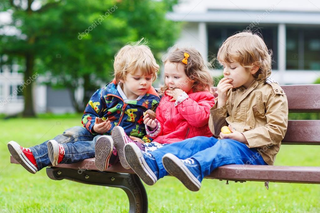 Crianças Se Divertindo No Parque: Dois Irmãos E Irmã Se Divertindo No Parque