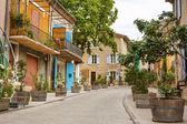 Fotografie provensálské ulice s typickými domy v jižní Francii, provenc