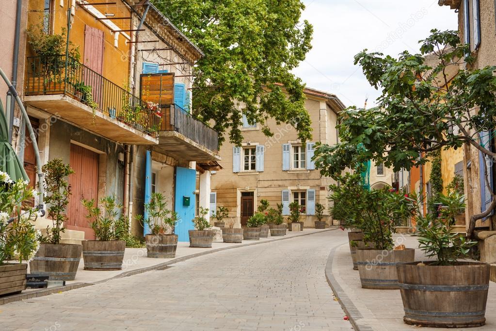 Rue proven al avec des maisons typiques dans le sud de la for Acheter maison dans le sud de la france