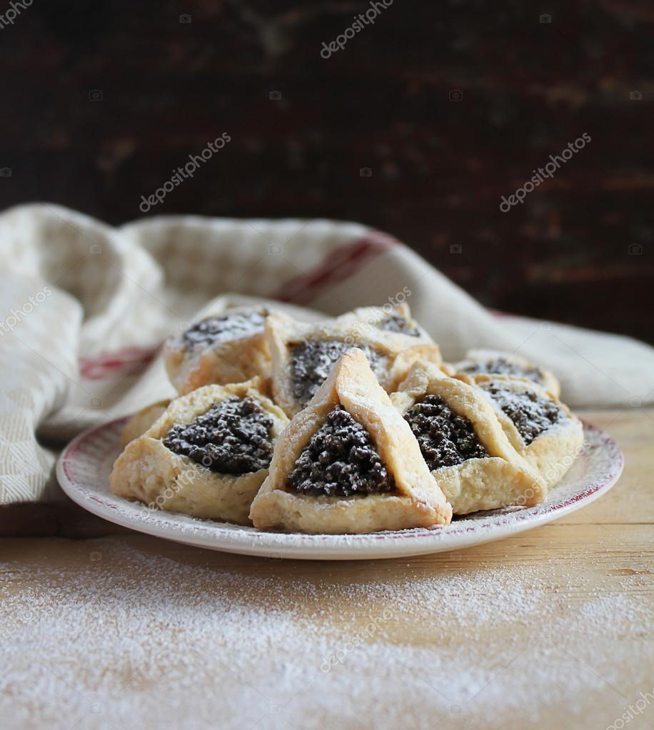 Cookies with dried fruit filling and icing sugar — Stock