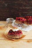 proinflační dpwn dort s mandlovou mouku, brusinky, skořice pomerančové kůry a šlehačkou vanilkový krém na vrcholu