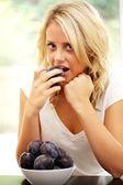 dospívající dívka jíst švestky