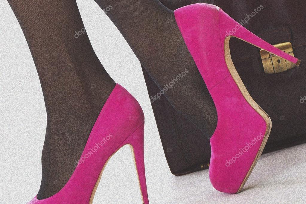 Μοντέλο κυκλοφόρησε. ελκυστική νεαρή γυναίκα ροζ ψηλά τακούνια και  χαρτοφύλακα — Εικόνα από richardmlee 7d0637cb834