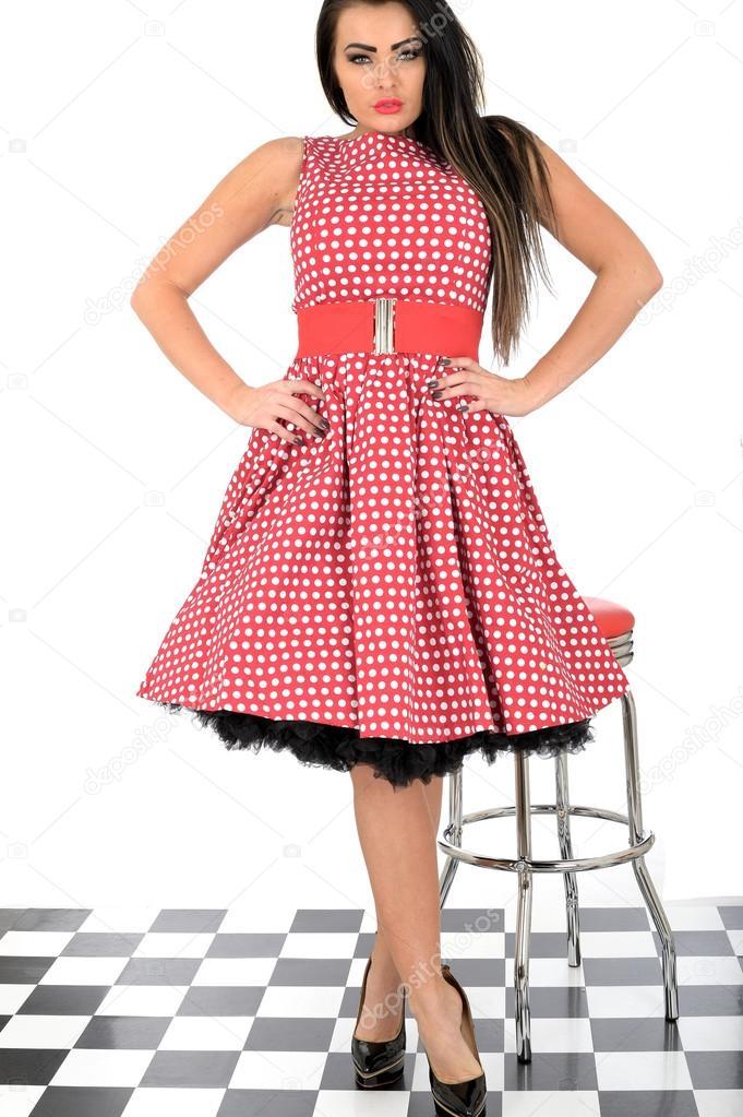 836458b7653f11 Aantrekkelijke jonge pin-up model rode polka dot jurk– stockafbeelding