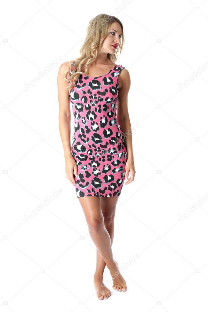 ff5fb22a49e8 mladá žena nosí růžové mini šaty — Stock Fotografie © richardmlee ...