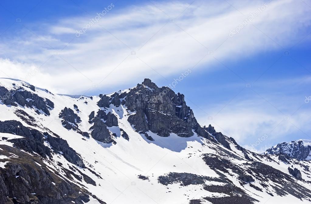 Una Montaña Nevada: Montaña Nevada Cerca De La Estación De Esquí De San