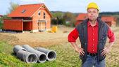 stavební dodavatel a rodinný dům.