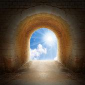 cesta k novému životu. světlo na konci tunelu. koncept pozitivního myšlení