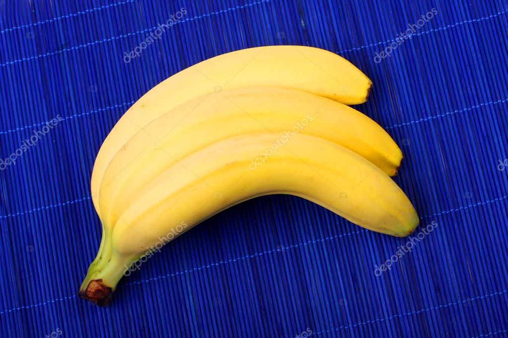 Haufen Reife Banane Auf Blauen Bambus Tischdecke Stockfoto