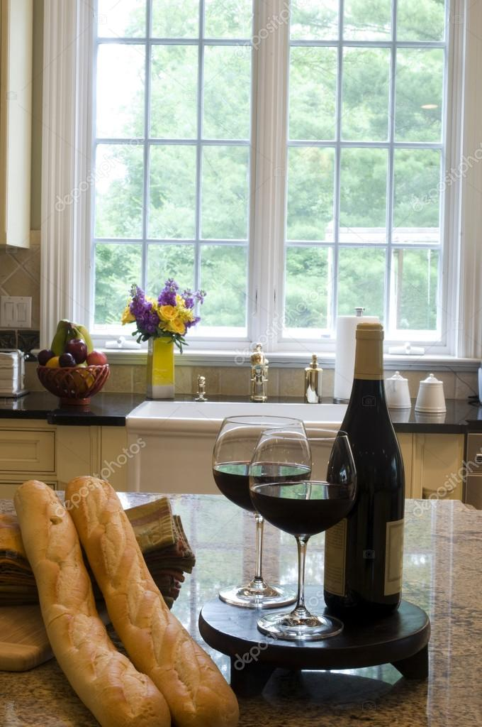 Kücheninsel mit Wein baguettes — Stockfoto © rjlerich #13073691