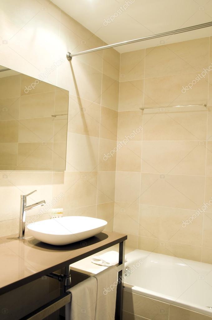 https://st.depositphotos.com/1763281/1339/i/950/depositphotos_13398736-stockafbeelding-moderne-badkamer-drie-sterren-hotel.jpg
