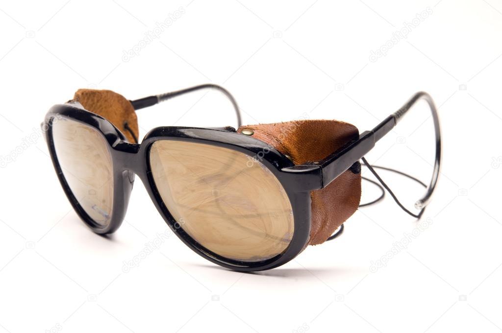 91cb1b28c6075 Óculos óculos de sol de geleira com partes laterais de couro e cinta —  Fotografia de