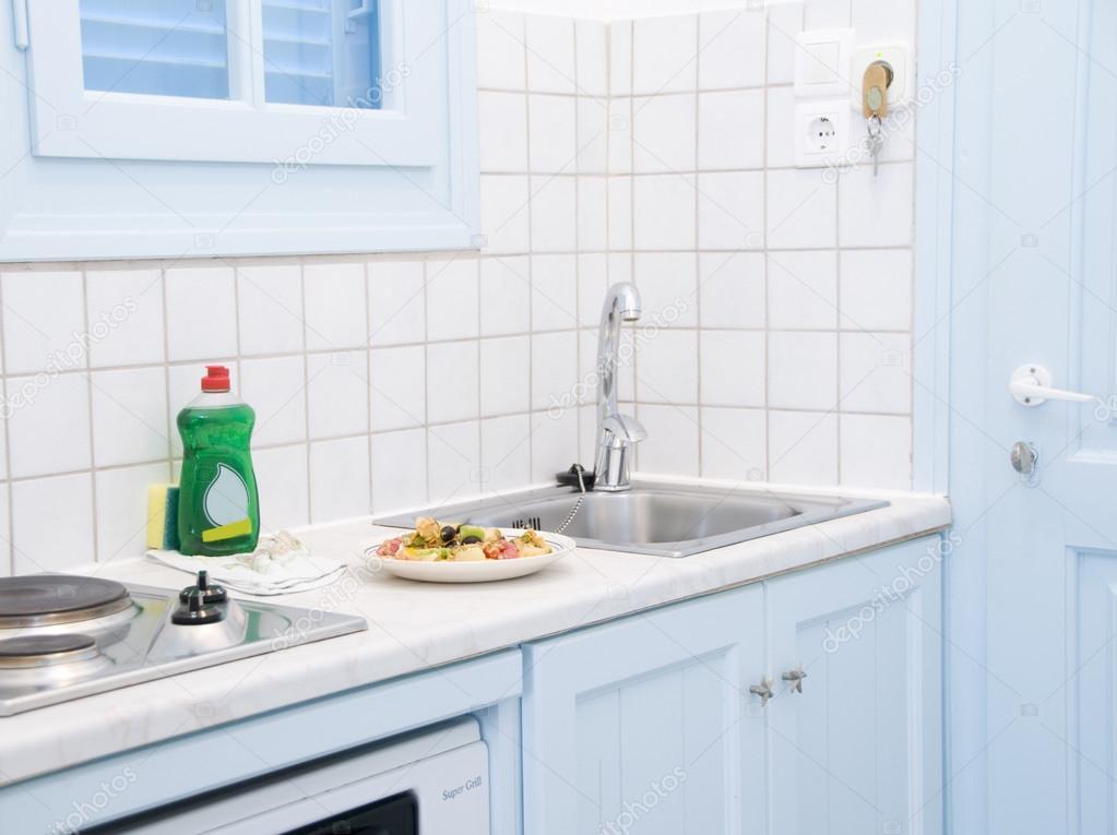 cocina del apartamento interior isla griega motel — Foto de stock ...