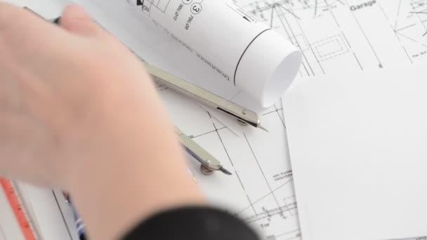 výpočet nákladů a měření architektonickém výkresu plánu s kalkulačkou