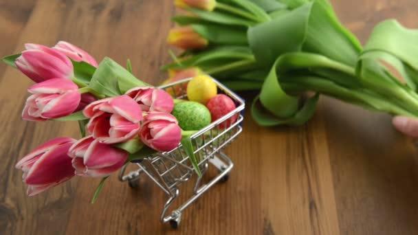 nakupování velikonoční dekorace jako tulipány a vejce