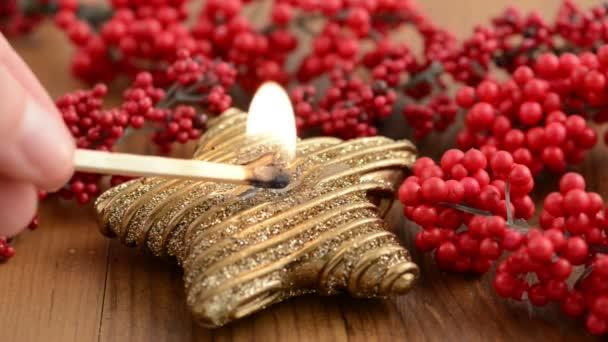 zündete eine Sternform-Kerze an Weihnachten