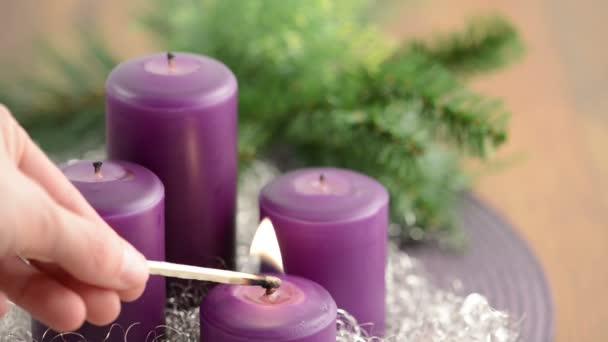 vier lila Kerze, Kranz und Silber Dekoration