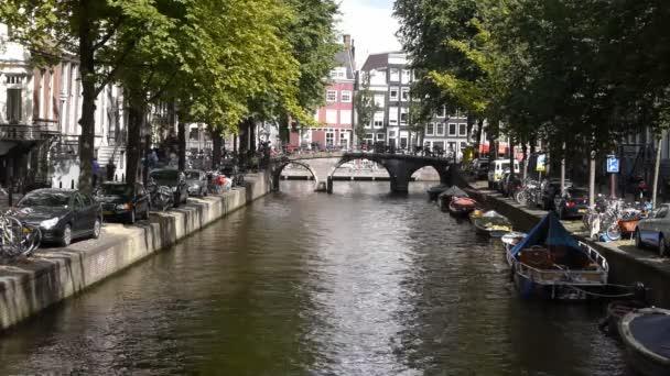 průplav Amsterdam s mostem