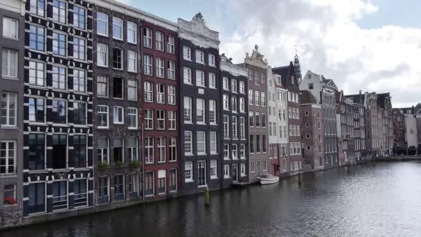 průplav Amsterdam s historické domy